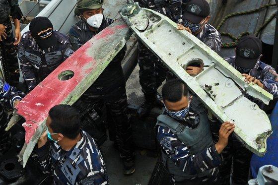 인도네시아 자카르타 북부 해상에서 발견된 사고기 잔해.[AP=연합뉴스]