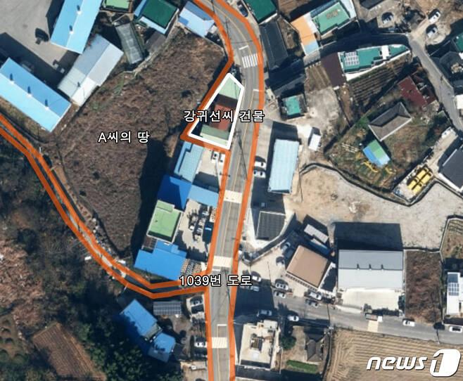 광주 서구 서창동 1039번 도로 부근에 살고있는 강귀선씨는 최근 한 부동산 업자의 인근 땅 구매 이후 '무허가 매설' 등의 문제로 공방을 벌이고 있다. 강씨의 건물과 부동산 업자의 땅 사이에 좁은 폭의 1039번 도로가 끼어있기 때문이다. 2021.1.12/뉴스1 © News1 이수민 기자