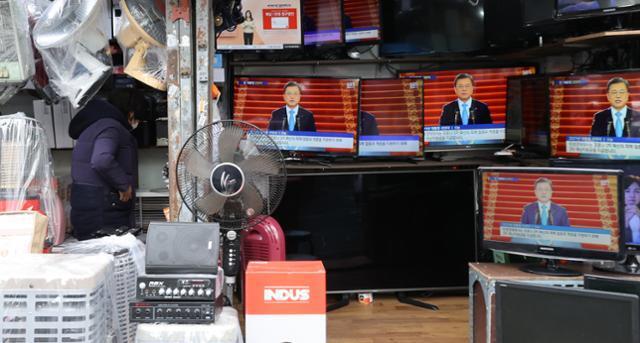 3차 재난지원금 지급이 시작된 11일 오후 서울 황학동 중앙시장 중고가전제품 판매점에 진열된 TV에서 문재인 대통령 신년사가 방영되고 있다. 연합뉴스