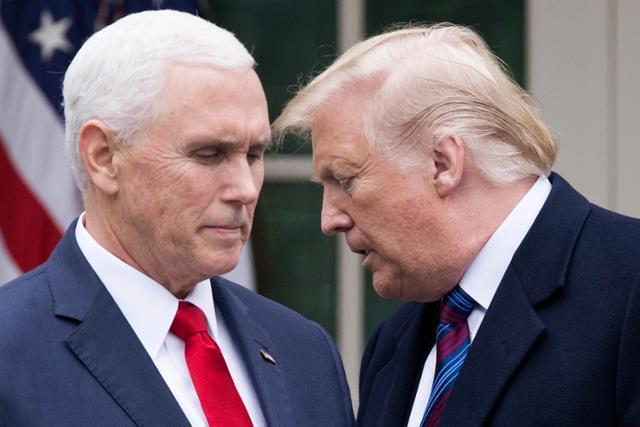 마이크 펜스(왼쪽) 미국 부통령과 도널드 트럼프 대통령이 가까이서 대화를 나누고 있는 모습. EPA 연합뉴스