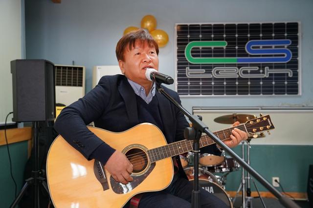 이찬우 씨에스텍 대표가 회사 내 1층 휴게실에서 자신의 노래인 '뜸 들이지마'를 부르고 있다. 강은주 기자
