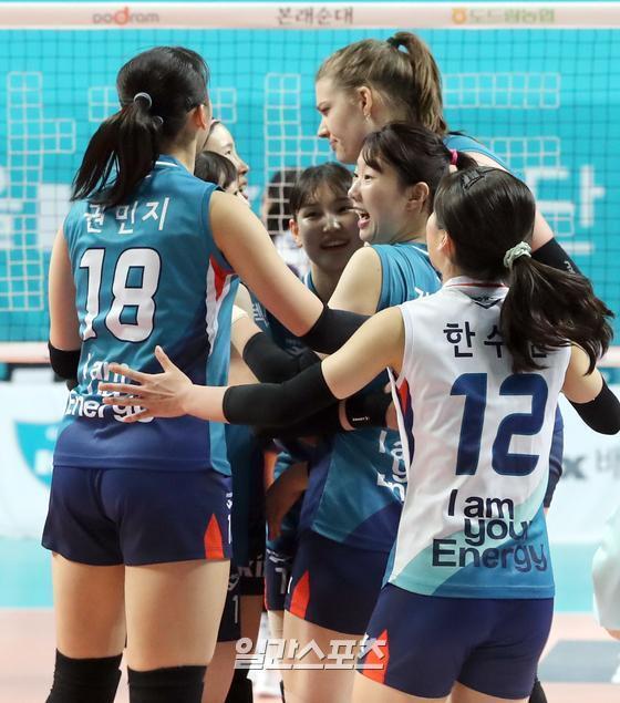2020-2021 도드람 V-리그 GS칼텍스와 한국도로공사의 경기가 10일 오후 서울 장충체육관에서 열렸다. GS칼텍스가 세트 스코어 3-0(26-24, 25-23, 25-22)으로 승리했다. 경기중 공격에 성공한 GS칼텍스 선수들이 환호하고있다. 장충체=정시종 기자