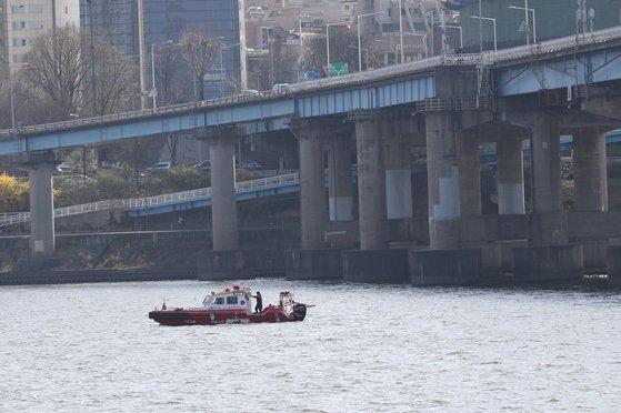 지난해 3월 서울 영동대교 인근 한강에서 수색작업을 하고 있는 소방 구조대원들. 뉴스1