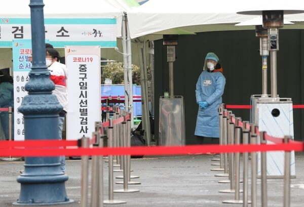 서울역 광장에 마련된 코로나19 임시 선별검사소가 비교적 한산하다. /사진=연합뉴스