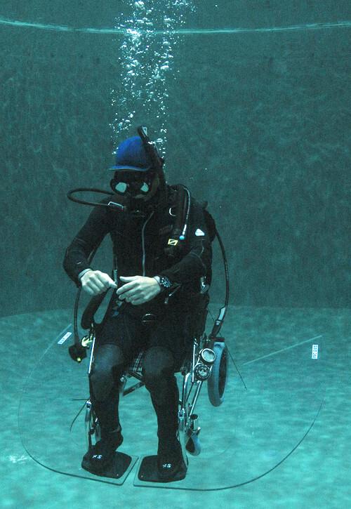 이명욱씨가 직접 개발한 장애인용 스쿠버 휠체어를 타고 수중 테스트를 하고 있다. 이 휠체어에는 상하좌우 방향 전환이 가능한 주행 스크루와 중심을 잡아주는 평형 날개가 달려 있다. 장애인이 혼자서도 물속에서 움직일 수 있게 해준다.