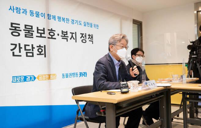 파주 더봄센터 방문한 이재명 지사.(사진=경기도 제공)