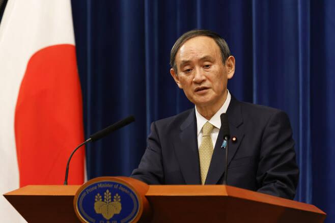 스가 요시히데 일본 총리가 13일 일본 도쿄 총리 관저에서 기자회견을 하고 있다. [사진=AFP제공]