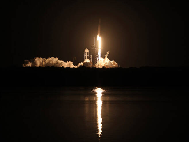 스페이스X의 유인 우주선 '팔콘'이 2020년 115월 15일 플로리다 케네디 스페이스 센터에서 발사체로부터 날아오르고 있다. [사진=AFP제공]
