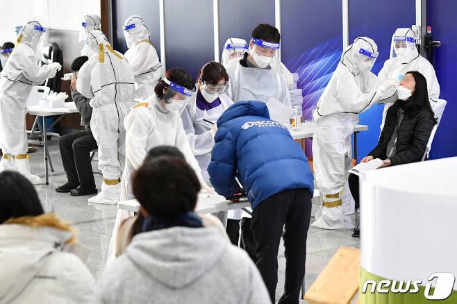 13일 오후 3시 수원델타플렉스에 위치한 한 지식산업센터에서 기업 근로자들을 위한 선제적 집단검사가 진행되고 있다. © 뉴스1