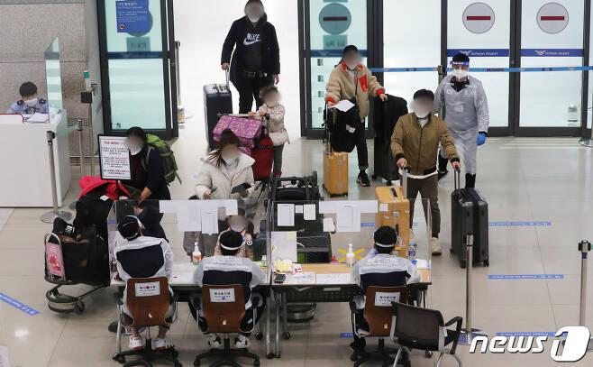 일본에서 새로운 코로나19 변이 바이러스가 발견되는 등 변이 바이러스가 국내를 비롯한 세계 곳곳으로 퍼지고 있는 가운데 11일 인천국제공항 제1터미널에서 해외 입국자들이 입국장으로 들어오고 있다. 2021.1.11/뉴스1 © News1 이성철 기자