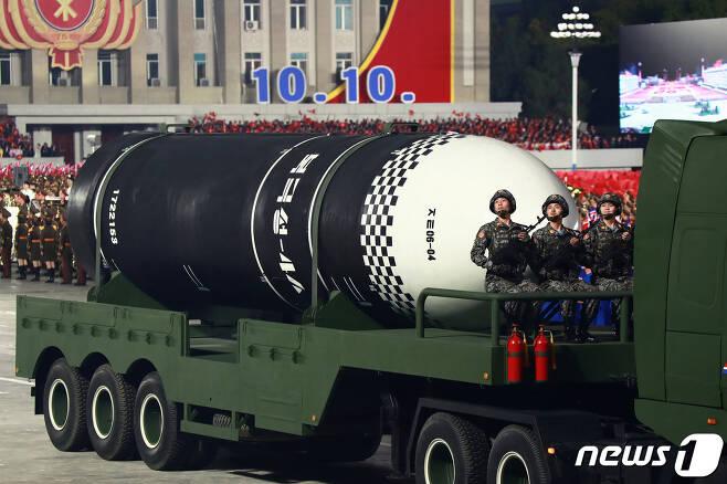 (평양 노동신문=뉴스1) = 북한이 지난해 10월 열병식에서 공개한 신형 잠수함발사탄도미사일(SLBM) '북극성-4ㅅ'. [국내에서만 사용가능. 재배포 금지. DB 금지. For Use Only in the Republic of Korea. Redistribution Prohibited] rodongphoto@news1.kr