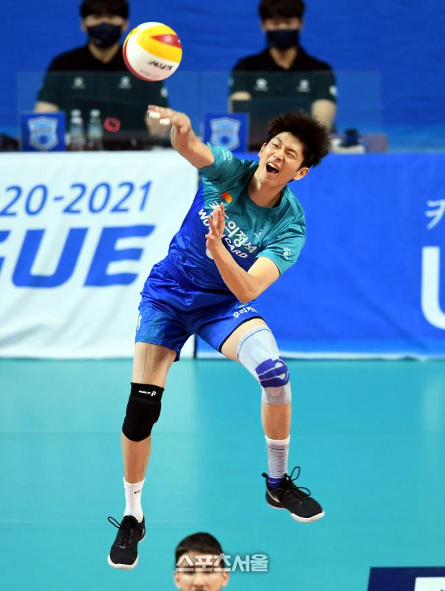 우리카드 류윤식이 삼성화재와의 경기에서 서브를 넣고 있다. 2020. 12. 20. 장충 | 최승섭기자 thunder@sportsseoul.com