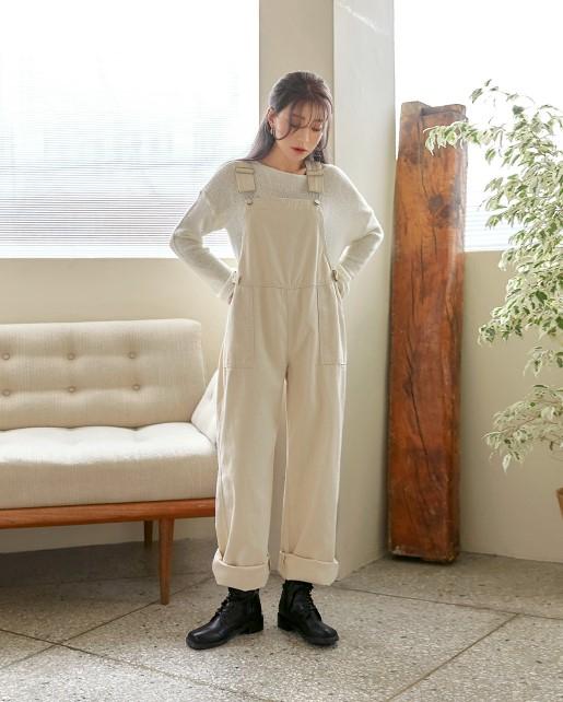 그녀가 입었던 오버롤 팬츠는 커먼유니크 제품.