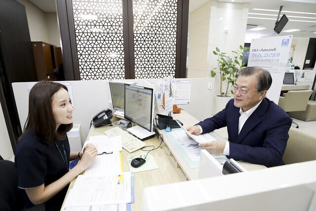 문재인 대통령이 지난 2019년 8월26일 소부장펀드에 가입하는 모습. 청와대 제공