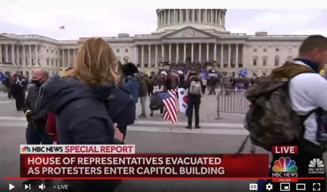 6일(현지시간) 워싱턴시 미의회 의사당 난입시위 현장 생중계화면에 태극기와 성조기를 함께 든 시위자 모습이 잡혔다. / 미NBC 화면 갈무리