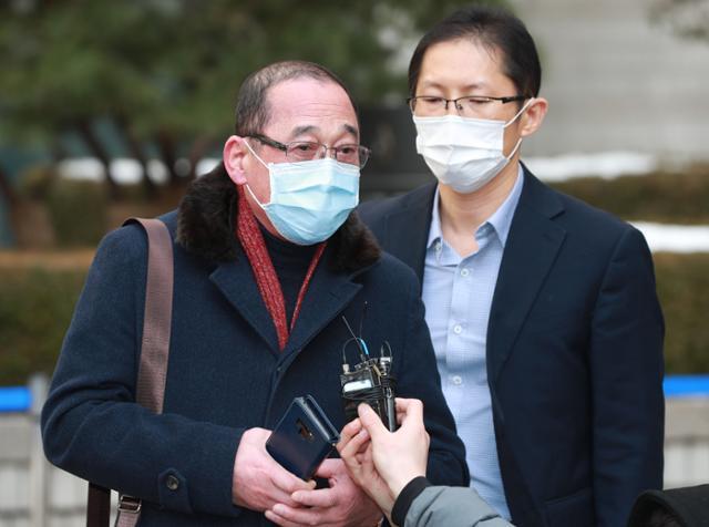 약촌오거리 살인사건의 진범을 체포했던 황상만(왼쪽) 전 군산경찰서 강력반장이 13일 선고 공판을 마친 뒤 기자들의 질문에 답하고 있다. 뉴스1