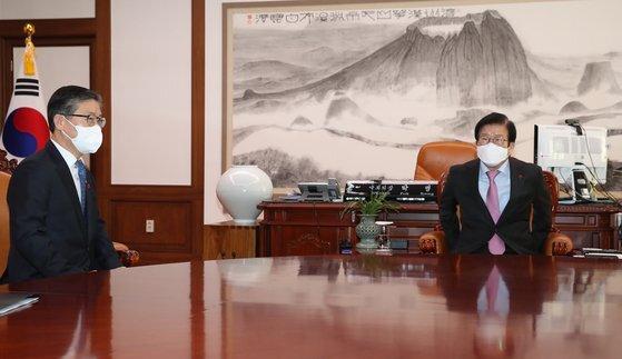 박병석 국회의장이 13일 오전 서울 여의도 국회 의장집무실에서 예방한 변창흠 국토교통부 장관과 대화하고 있다. 오종택 기자