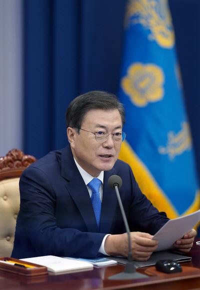 문재인 대통령이 지난 11일 청와대에서 수석보좌관 회의를 주재하고 있다. 청와대 제공