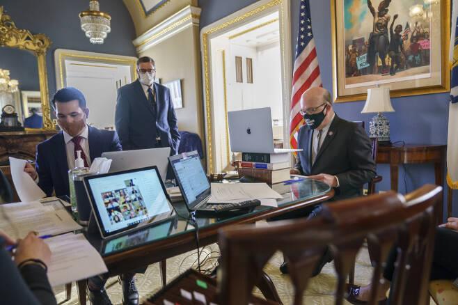'수정헌법 25조' 발의안 놓고 화상회의 미국 하원 규칙위원장인 짐 맥거번 의원(맨 오른쪽)이 12일(현지시간) 워싱턴 의회 집무실에서 도널드 트럼프 대통령의 직무를 정지시키기 위한 '수정헌법 25조' 발의를 주제로 화상회의를 진행하고 있다. 워싱턴 | AP연합뉴스