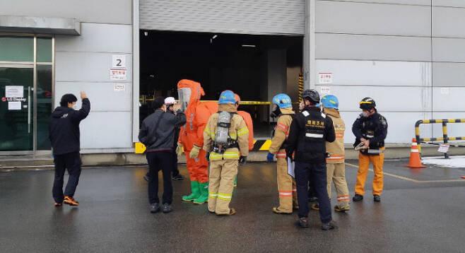 경기 파주시 LG디스플레이 공장에서 13일 오후 화학물질 누출 사고가 발생해 119대원들이 구조 작업을 하고 있다. 이 사고로 노동자 7명이 다쳤다. 연합뉴스