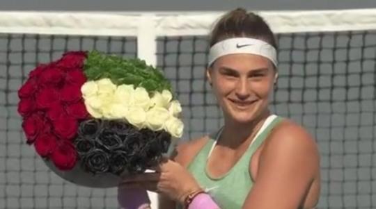 우승을 확정한 뒤 꽃다발을 들고 있는 사발렌카.   [WTA 투어 소셜 미디어 동영상 화면 캡처]