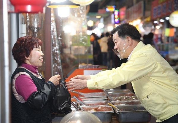 박승원 시장이 전통시장 장보는 날에 상인과 반갑게 인사하고 있다. / 사진제공=광명시