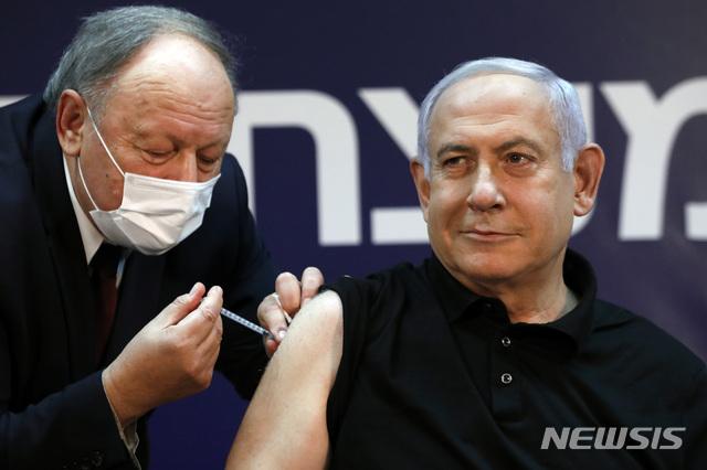 [라마트간(이스라엘)=AP/뉴시스] 베냐민 네타냐후 이스라엘 총리가 지난해 12월19일(현지시간) 라마트간의 쉬바 병원에서 신종 코로나바이러스 감염증(코로나19) 백신을 접종하고 있다. 2021.01.13