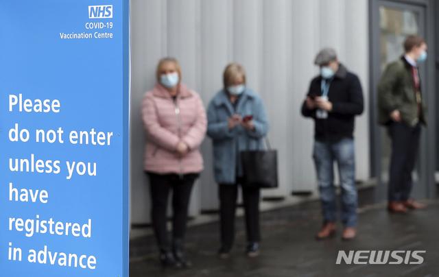[뉴캐슬어폰타인=AP/뉴시스]11일(현지시간) 영국 뉴캐슬의 코로나19 백신 접종소 앞에 사람들이 대기하고 있다. 2021.1.11.