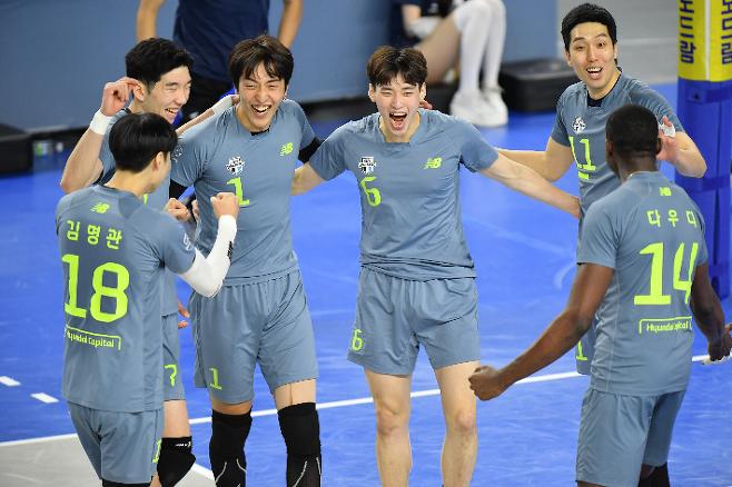 V-리그 남자부 현대캐피탈은 과감한 선수단 변화 후 급격한 경기력 하락을 경험하고 있지만 분명 매 경기 성장하는 모습을 보여주고 있다. 한국배구연맹 제공