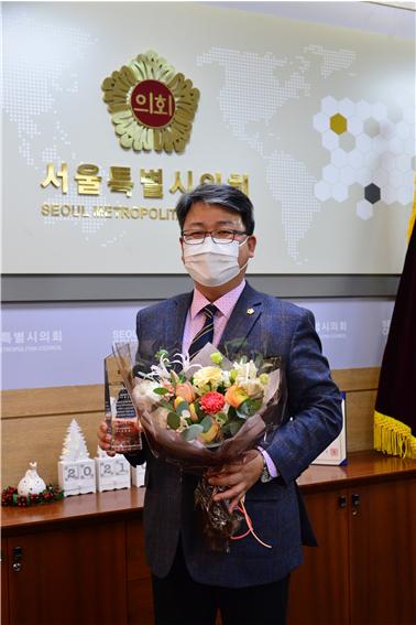 13일 서울시의회 홍성룡 의원(더불어민주당·송파3)이 전국시·도의회의장협의회가 주관한 '제9회 우수의정대상'을 수상했다.