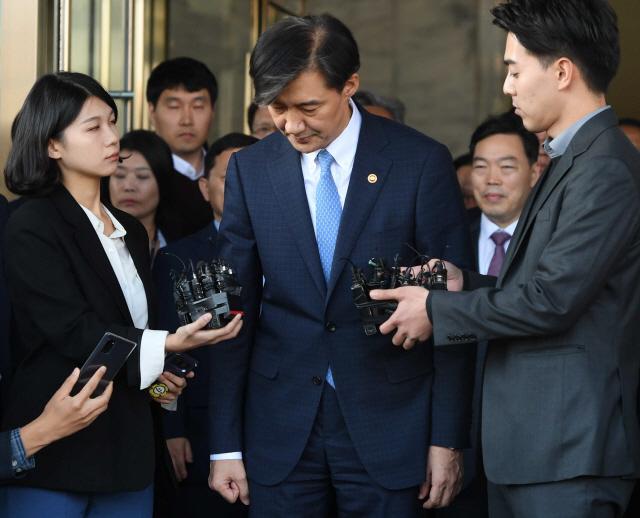2019년 10월 14일 사의를 표명한 조국 법무부 장관이 정부과천청사 내 법무부를 나서고 있다. /서울경제DB