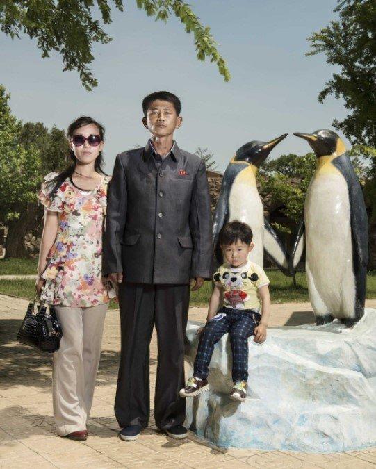 북한 주민 초상 담은 사진집 발간한 프랑스 사진작가 글라디외 (파리=연합뉴스) 현혜란 특파원 = 프랑스 사진작가 스테판 글라디외가 평양 동물원에서 만난 젊은 부부 가족. 아내는 북한의 현대와 변화를, 남편은 과거와 전통을 각각 상징하면서 대조를 이루고 있다. runran@yna.co.kr