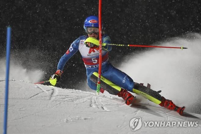 알파인 월드컵 여자 스키 회전서 질주하는 시프린 (플라차우 AP=연합뉴스) 12일(현지시간) 오스트리아 플라차우에서 열린 국제스키연맹(FIS) 알파인 월드컵 여자 회전 경기 1차 시기에서 미케일라 시프린(26ㆍ미국)이 빠른 속도로 하강하고 있다. 이날 경기 1, 2차 시기 합계 1분 47초 92를 기록한 그는 1위에 올라 통산 68번째 우승을 달성했다. 이로써 시프린은 남녀를 통틀어 최다 우승 단독 3위가 됐다. 현재 이 부문 1위는 남자부 잉에마르 스텐마르크(스웨덴)의 86승, 2위는 여자부 린지 본(미국)의 82승이다. knhknh@yna.co.kr