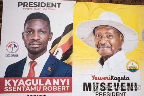 美·유엔, 우간다 선거 앞두고 '인권 존중' 압박 오는 14일 우간다 대선에서 맞붙게 될 요웨리 무세베니 현 대통령(오른쪽)과 보비 와인(본명: 로버트 캬굴라니)의 사진이 담긴 선거 포스트[AFP=연합뉴스]