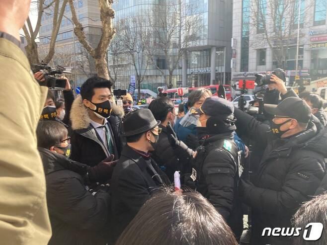 박근혜 전 대통령의 지지자들이 14일 오전 서울 서초구 대법원 앞에서 경찰과 충돌하고 있다. © 뉴스1 원태성 기자