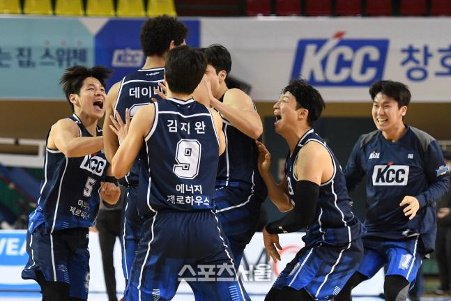 KCC 선수들이 10연승의 기쁨을 만끽하고 있다.  군산 | 박진업기자 upandup@sportsseoul.com