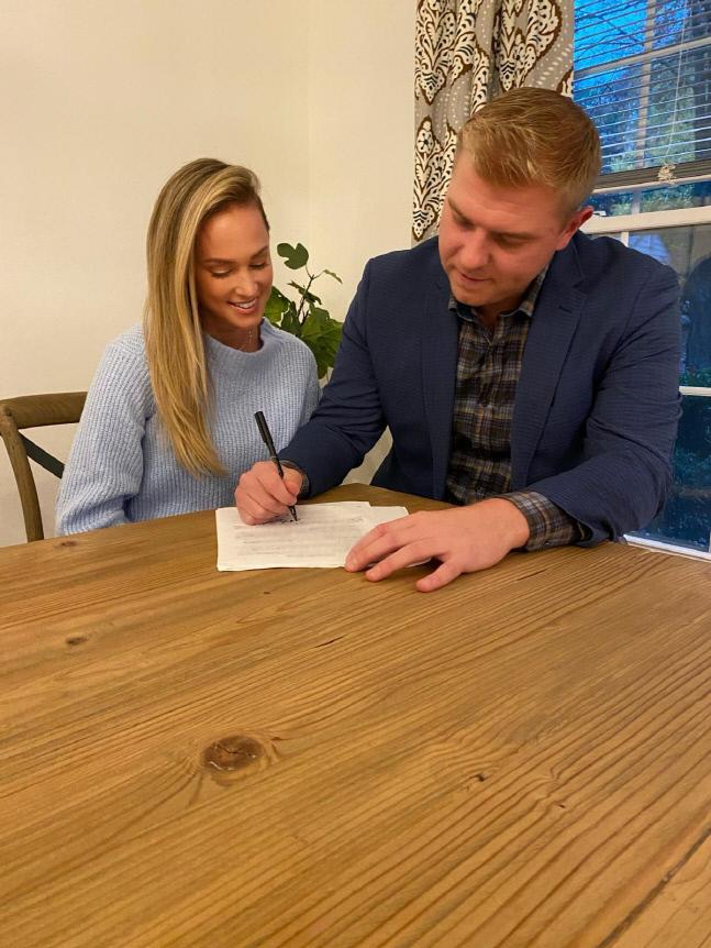 SK 새 외국인 투수 아티 르위키가 계약서에 서명하고 있다. 제공=SK 와이번스