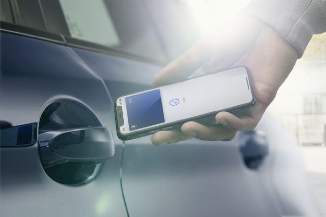 애플 아이폰에 탑재된 디지털키로 BMW 차량 문을 여는 모습 (사진=BMW)