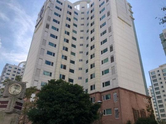 78명의 응찰자가 몰린 부산 강서구 명지동에 위치한 영어도시퀸덤1차에디슨타운 아파트 전경.<지지옥션 제공>