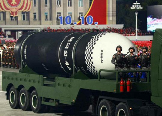 사진은 지난해 10월 노동당 창건 75주년 기념 열병식에서 공개된 발사관 6개를 탑재한(6연장) 신형 잠수함발사탄도미사일(SLBM). 신형 SLBM 동체에 '북극성-4A'로 추정되는 글씨가 찍혀 있었다.  [연합뉴스]