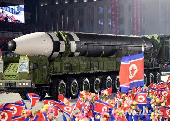 지난 10월 10일 '조선노동당 창건 75주년 경축 열병식'에 모습을 나타낸 신형 대륙간탄도미사일(ICBM)의 모습 (사진=노동신문 캡처) /사진=뉴시스