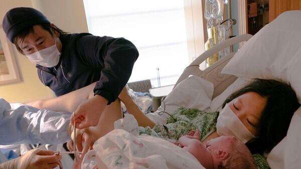 황상호씨가 지난 2020년 9월14일(현지시각) 미국 로스엔젤레스의 한 병원에서 갓 태어난 아들 하라의 탯줄을 직접 자르고 있다. 황상호씨 제공