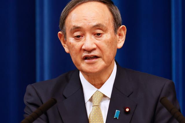 스가 요시히데 일본 총리가 13일 저녁 도쿄 총리관저에서 기자회견을 열고 오사카부 등 7개 광역지방자치단체에 대한 긴급사태선언 추가 발령을 발표하고 있다. 도쿄=AP 연합뉴스