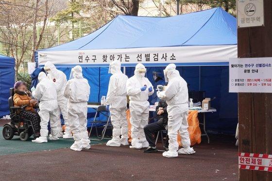 14일 오후 인천시 연수구 한 아파트에 설치된 선별검사소에서 주민들이 신종 코로나바이러스 감염증(코로나19) 검체 검사를 받고 있다. 연합뉴스