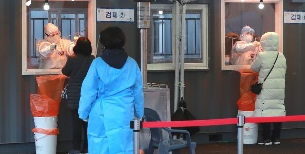 서울역 광장에 마련된 신종 코로나바이러스 감염증(코로나19) 임시선별진료소에서 의료진이 피검사자의 검체를 채취하고 있다. /뉴스1