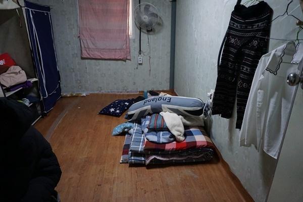 숙헹씨가 숨진 채 발견된 비닐하우스 숙소 내 방의 모습.