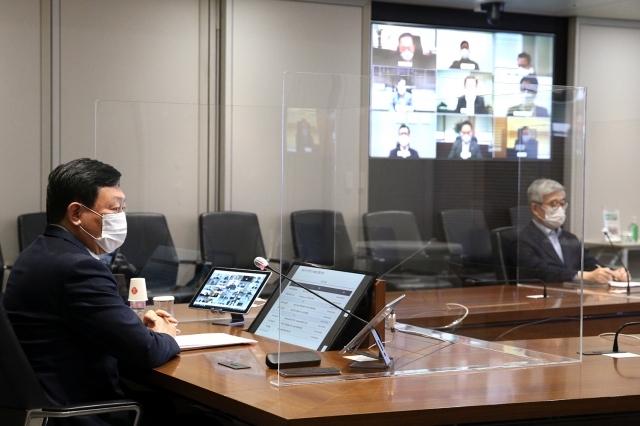 신동빈 롯데그룹 회장이 13일 서울 송파구 롯데월드타워에서 화상회의 방식으로 진행된 '2021 상반기 롯데 VCM(Value Creation Meeting)'에 참여하고 있다. 오른쪽 TV화면에서는 화상회의에 참석한 그룹 계열사 임원들의 얼굴도 보인다. 롯데지주 제공