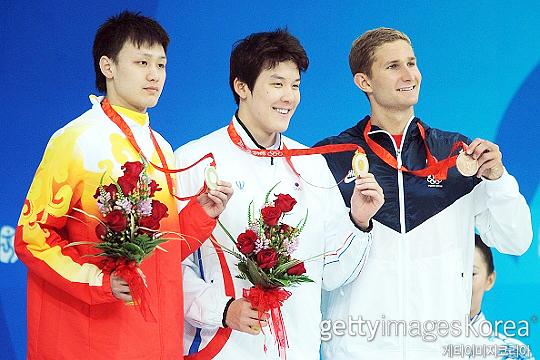 박태환(사진 가운데)은 2008년 중국 베이징 하계올림픽 남자 수영 자유형 400m에서 금메달을 목에 걸었다. 한국 수영 선수가 올림픽에서 금메달을 딴 건 박태환이 최초다(사진=게티이미지코리아)