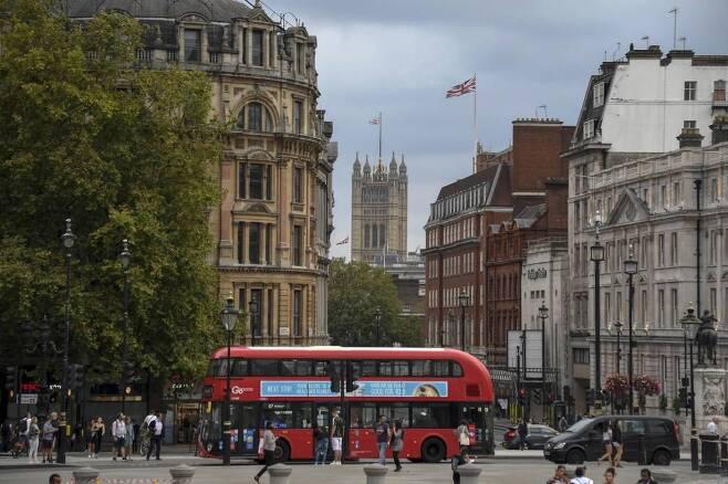 영국 런던에서 2층 버스가 트라팔가 광장을 지나고 있다/사진=[런던=AP/뉴시스]
