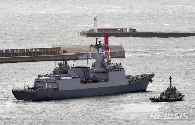 [부산=뉴시스] 하경민 기자 = 국방부는 이란 혁명수비대가 한국 국적 화학물질운반선 '한국케미호'(9797t)를 나포한 것과 관련, 청해부대 33진 '최영함'(DDH-Ⅱ·4400t급)을 호르무즈 해협 인근으로 이동시켰다고 5일 공식 발표했다. 사진은 지난해 9월 24일 부산 남구 해군작전사령부 부산작전기지에서 파병길에 오르는 최영함의 모습. 2021.01.05. yulnetphoto@newsis.com